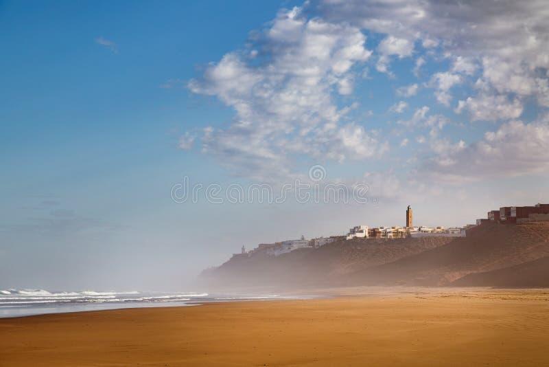 Cedo na manhã após a chuva na praia de Sidi Ifni foto de stock