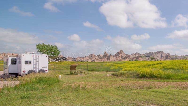 Cedrowy przepustki obozowisko w badlands parku narodowym - samochodowy camping, obozowicze, rv, namioty obraz stock