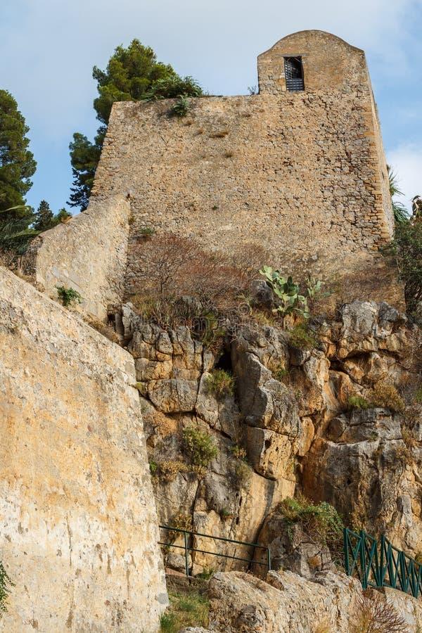Cefalu,西西里岛海岛的中世纪设防的废墟 免版税库存图片