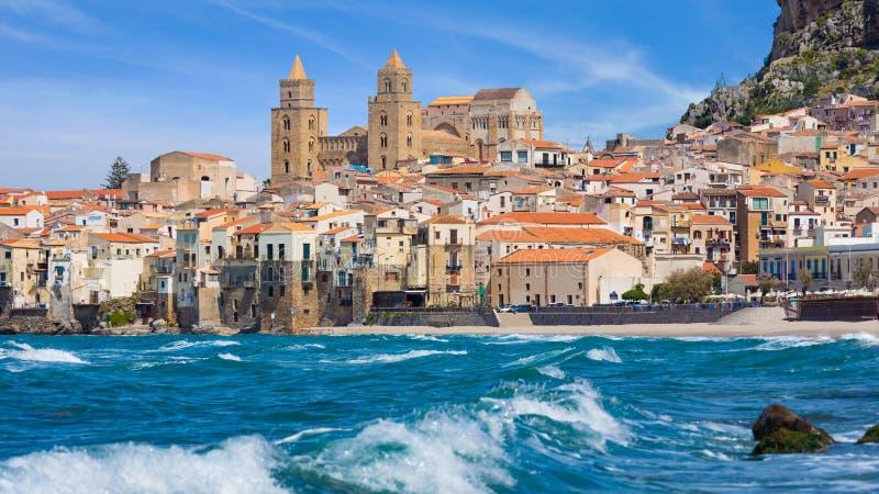 Cefalu город на Tyrrhenian побережье Сицилии, Италии стоковая фотография rf