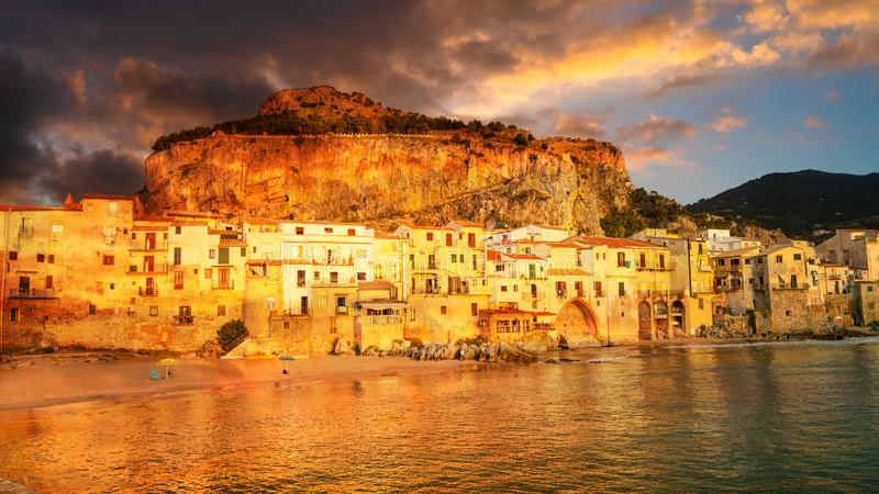 Cefalu, средневековая деревня острова Сицилии, Италии стоковые фото