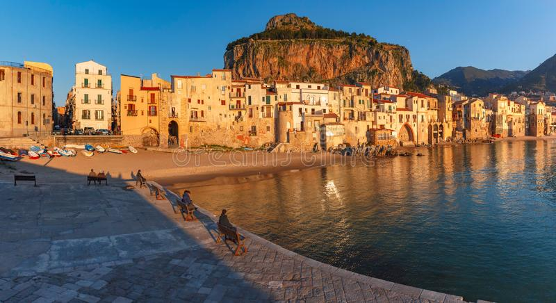 Cefalu bij zonsondergang, Sicilië, Italië stock foto's