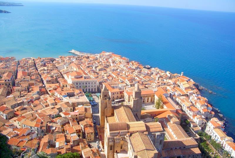 Cefalu com mar Mediterrâneo foto de stock royalty free