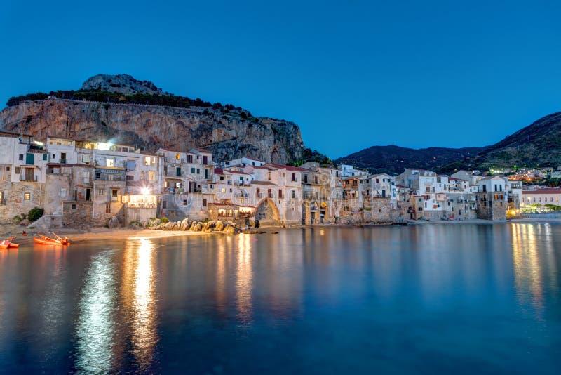 Cefalu i Sicilien efter solnedgång royaltyfria foton