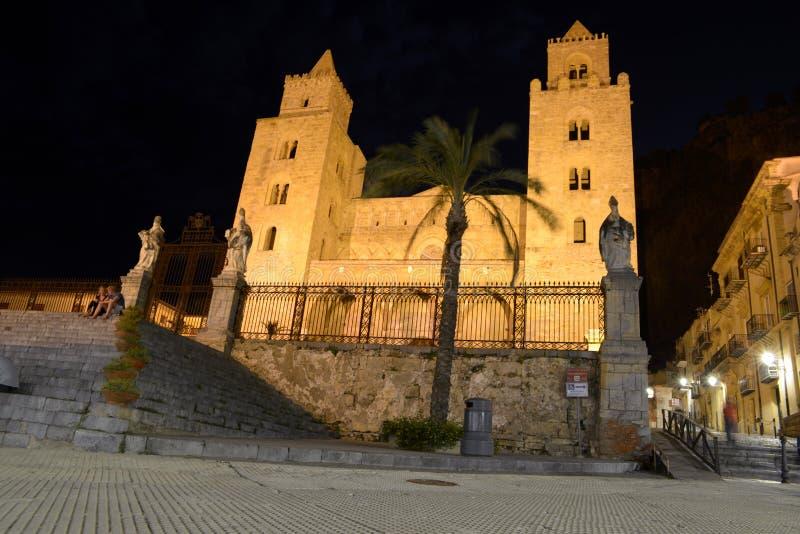 Cefalu katedra przy nocą w Sicily obraz stock
