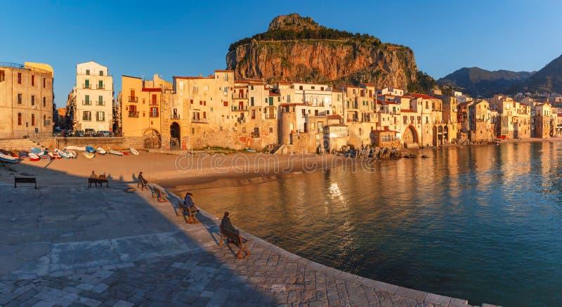 Cefalu på solnedgången, Sicilien, Italien arkivfoton