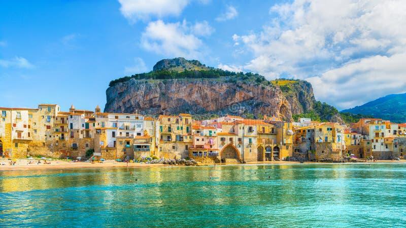 Cefalu, pueblo medieval de la isla de Sicilia, región de Palermo, Italia fotografía de archivo