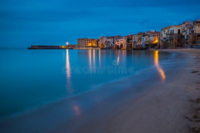 Cefalu, Sicile - vue bleue d'heure du beau village sicilien de Cefalu images stock