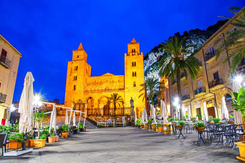 Cefalu, Sicili?, Itali?: Nachtmening van het stadsvierkant met de Kathedraal of de Basiliek van Cefalu, een Rooms-katholieke kerk stock foto