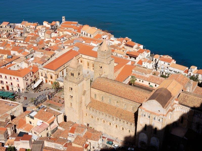 Cefalu stadssikt över med Domkyrka-basilikan, Sicilien arkivbild