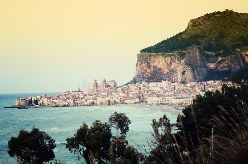 Cefalu strandpanorama på solnedgången i Sicilien fotografering för bildbyråer