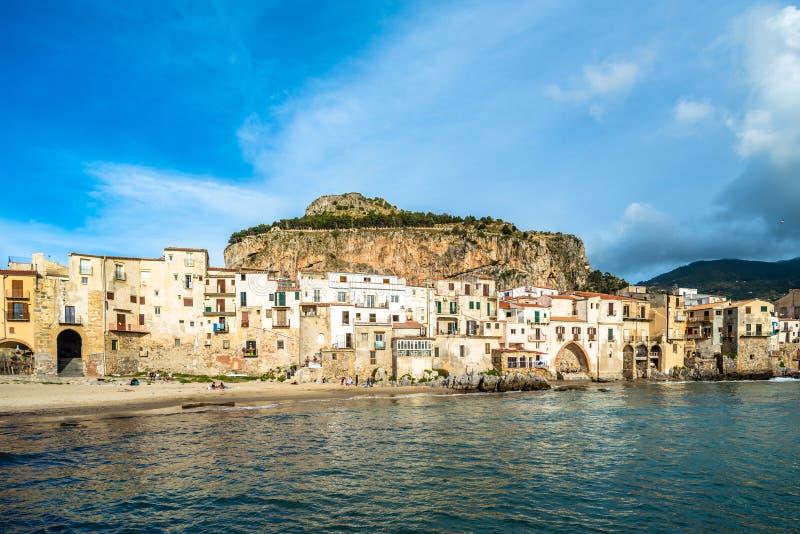 Cefalu, village m?di?val d'?le de la Sicile, Italie photos stock