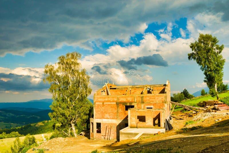 Cegła dom budujący w górach fotografia stock