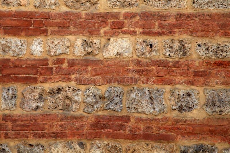 Cegły i kamienia średniowieczna ściana textured tło zdjęcia stock