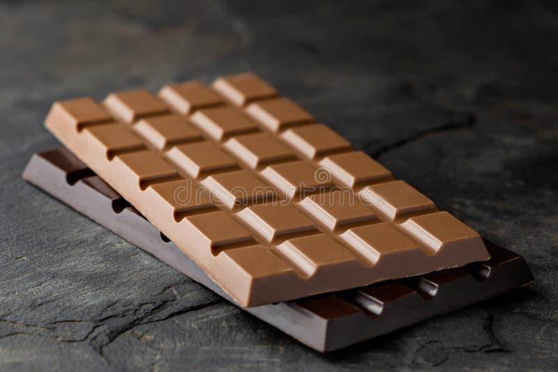 Cegiełka dojna czekolada na górze cegiełki ciemna czekolada na czerń łupku Przestrze? dla teksta zamazuj?cy t?o obraz royalty free