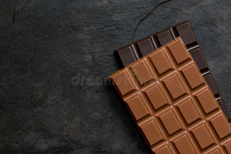 Cegiełka dojna czekolada na górze cegiełki ciemna czekolada na czerń łupku z góry Przestrze? dla teksta fotografia royalty free