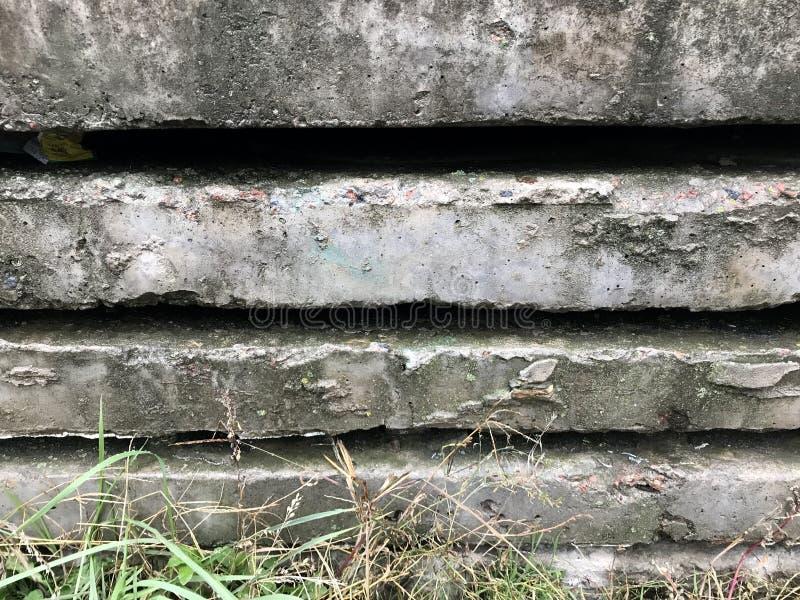 Cegiełki beton odpoczywają na łóżku trawa fotografia stock