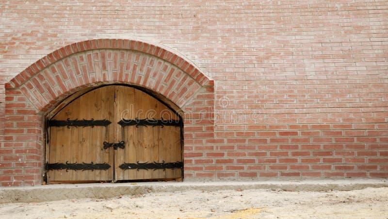 ceglana ściana drewniane drzwi obrazy stock