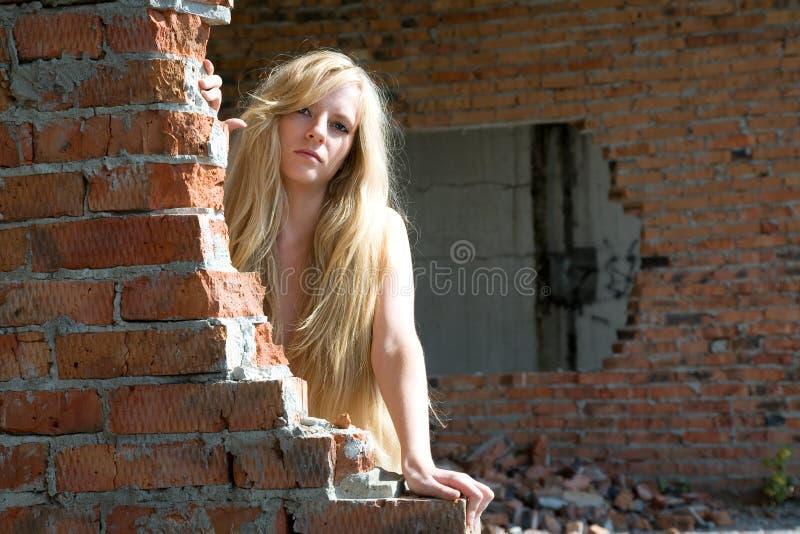ceglana dziewczyny ściana zdjęcia stock
