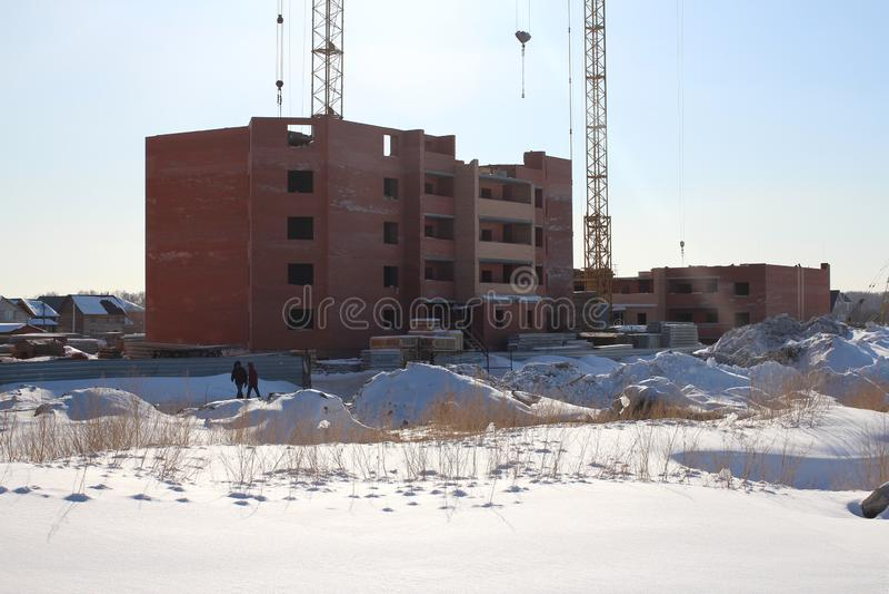 Ceglana podstawa budynku w budowie żuraw w zimie obrazy royalty free