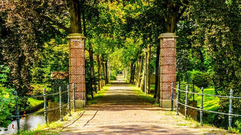 Ceglane bram poczta, drzewo i wykładali pas ruchu w nieruchomość w historycznej wiosce Midden Beemster obrazy royalty free