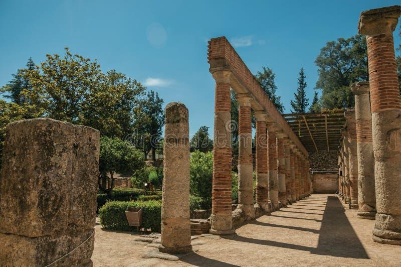 Ceglane kolumny i architraw przy Romańskim teatrem Merida zdjęcia stock