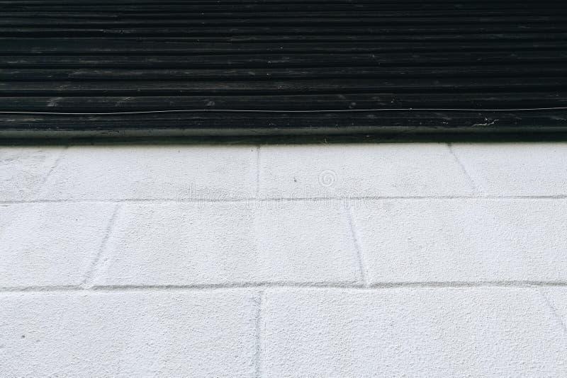 Ceglanej warstwy błękit na ciemnej drewno ścianie obraz stock