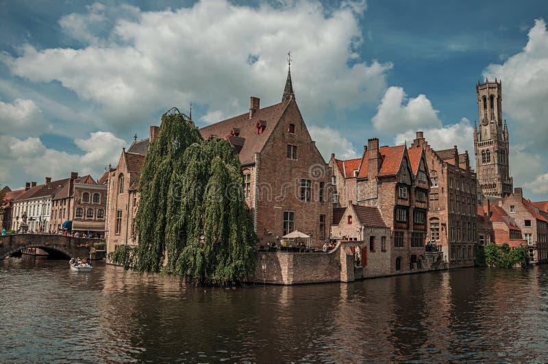 Ceglani domy na kanale w s?onecznym dniu przy Bruges fotografia stock