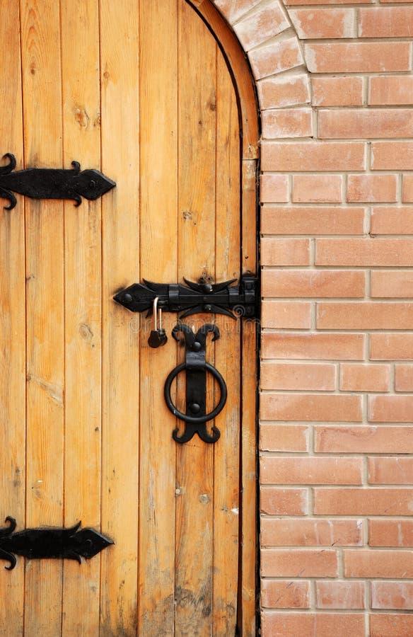 ceglani drzwi blokują drewnianego zdjęcie stock