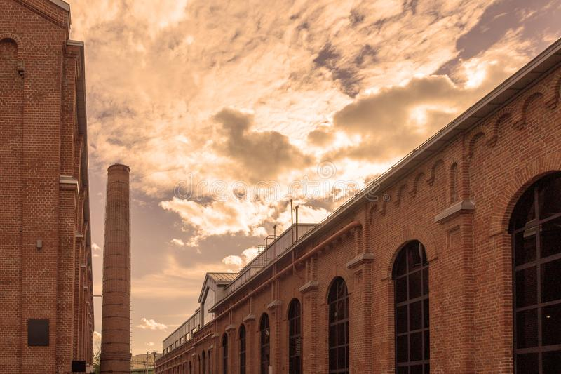 Ceglani fabryczni budynki z drymbą obraz royalty free
