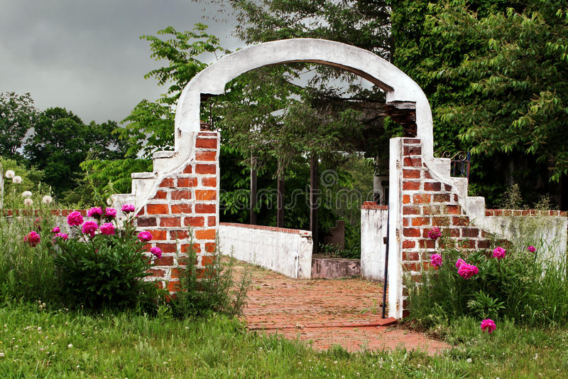 Ceglany archway zaniechany budynek fotografia royalty free