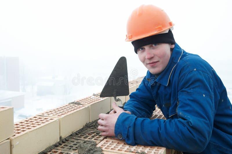 ceglany budowniczego warstwy kamieniarza pracownik zdjęcia stock