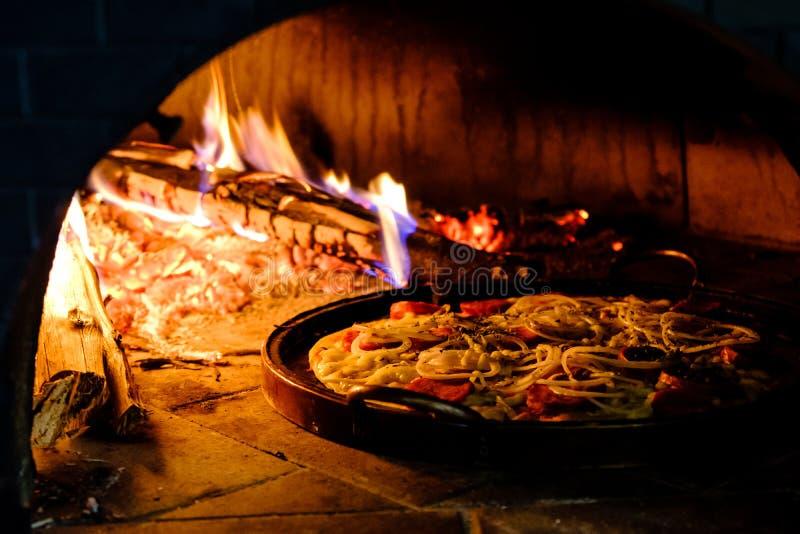 Ceglany piekarnik z gorącym pizzy kucharstwem inside zdjęcia stock