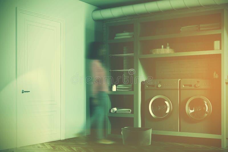 Ceglanych pralnianego pokoju szarych pralek boczna dziewczyna royalty ilustracja