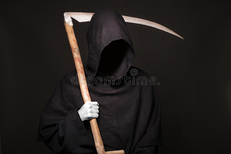 Ceifeira da morte sobre o fundo preto Halloween imagem de stock royalty free