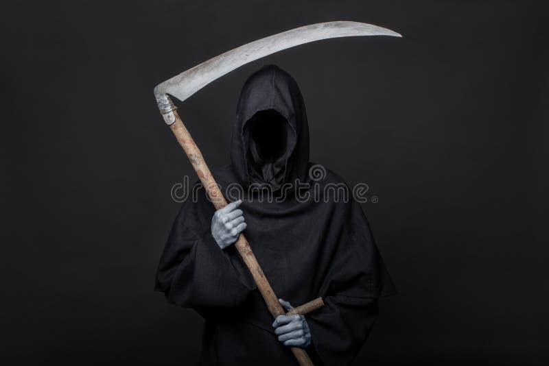 Ceifeira da morte sobre o fundo preto Halloween foto de stock royalty free
