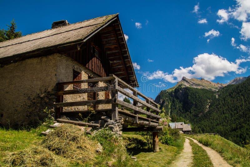 Ceillac de Chalmettes en qeyras en Altos Alpes en Francia imagenes de archivo
