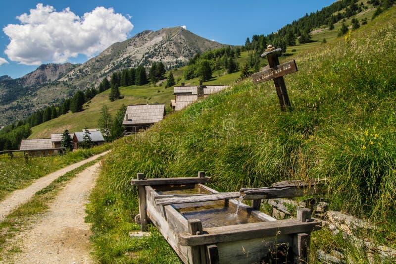 Ceillac de Chalmettes en qeyras en Altos Alpes en Francia foto de archivo