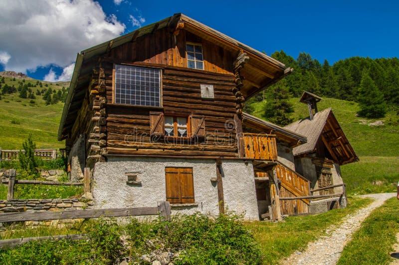 Ceillac de Rabinoux nos qeyras em Hautes-Alpes em france foto de stock royalty free