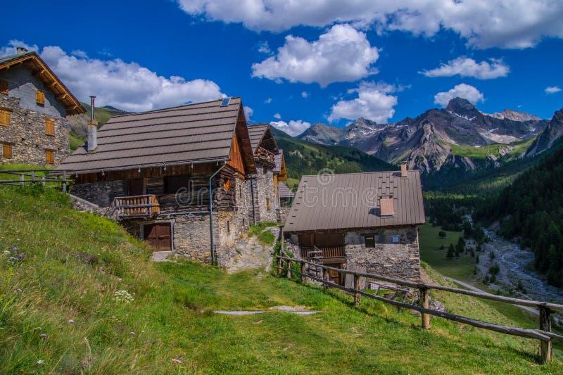 Ceillac de Villard en qeyras en Altos Alpes en Francia foto de archivo