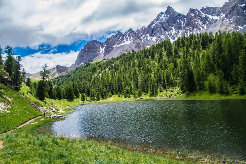 Ceillac del miroir del lago en queyras en Altos Alpes en Francia fotografía de archivo