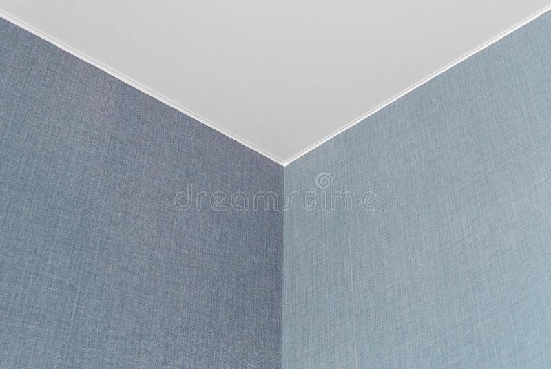 Ceils blancs et mur bleu avec un coin dans l'intérieur photos stock