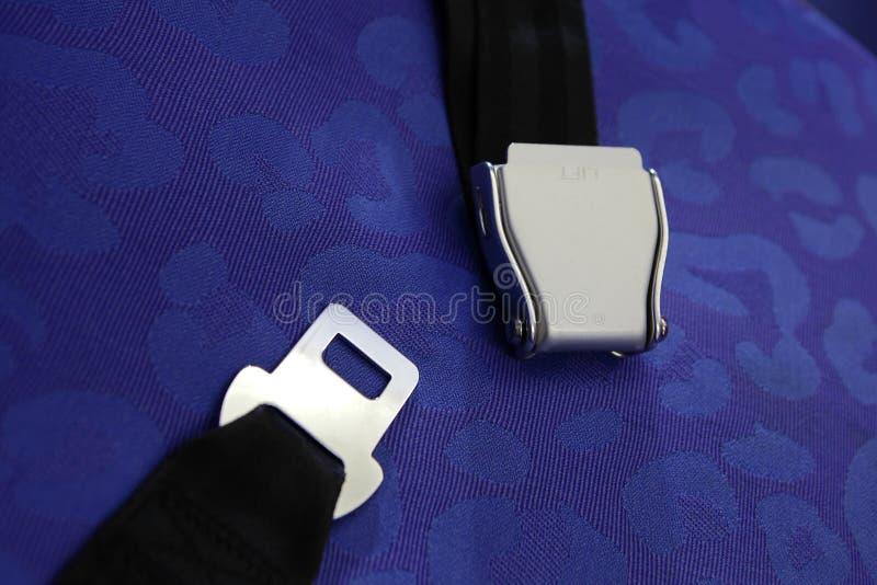 Ceinture de sécurité avec le fond bleu images stock
