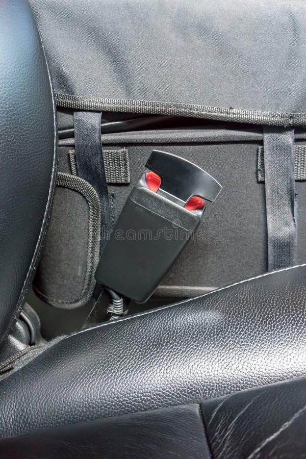 Ceinture de sécurité sur une chaise en cuir noire photos libres de droits