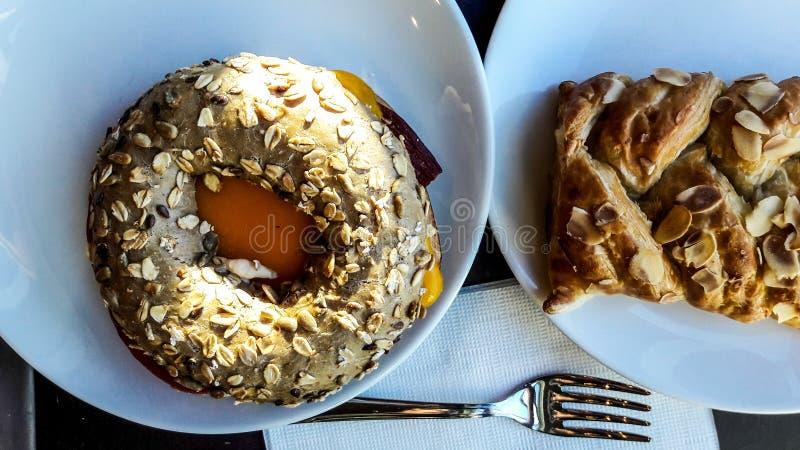 Cekirdekli Simit/bagel del centro con l'Ass.Comm. della mandorla e del cheddar fotografia stock libera da diritti