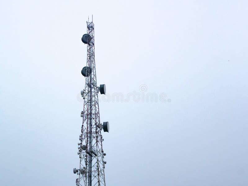 Cel Communicatie Toren die tegen Blauwe Hemel wordt gesilhouetteerd royalty-vrije stock foto