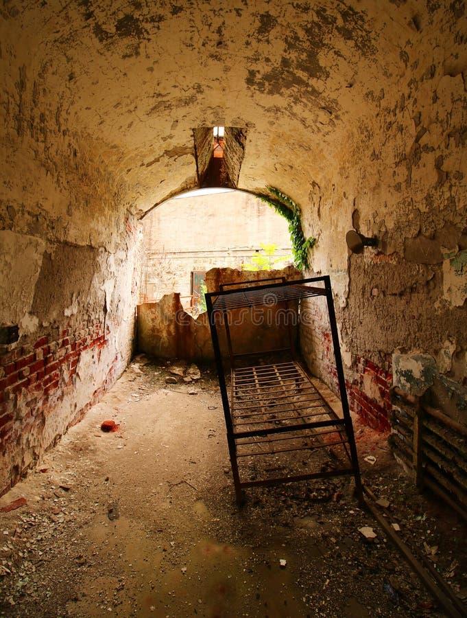 Cela więzienna spada oddzielnie i w ruinach obraz royalty free