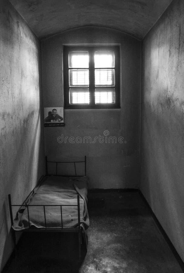 Celda de prisión oscura imagen de archivo