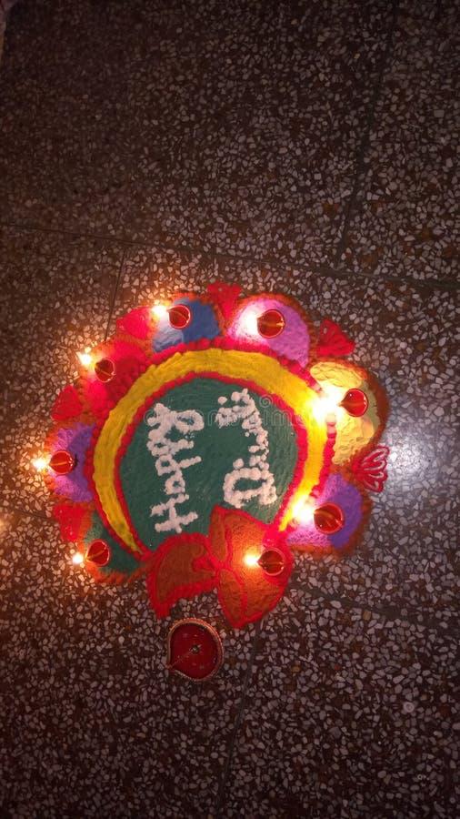 Celeberation indio Rangoli del pooja del deepawli del festival del colorsSwastik de luces llevadas imagen de archivo