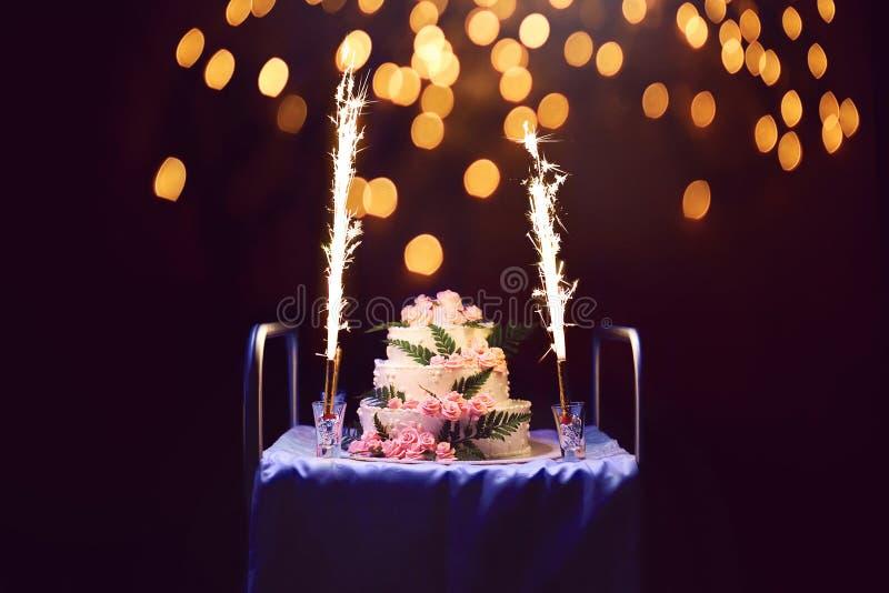 Celebração, bolo de aniversário do feriado com velas e fogos-de-artifício, b imagens de stock